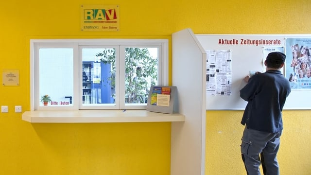 Mann studiert auf dem RAV Stelleninserate