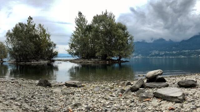 Wolkenverhangener Himmel über dem Lago Maggiore bei Locarno.