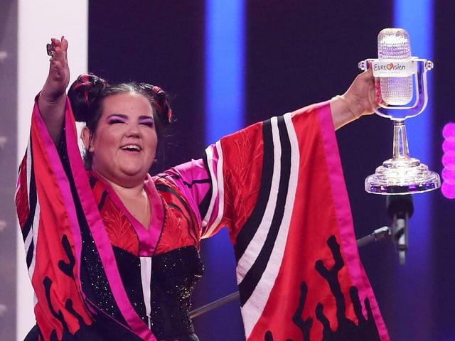 Netta hält den Eurovision-Pokal in die Höhe