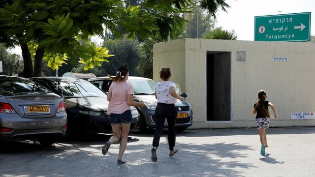 Menschen rennen wegen Bombenalarms zu einem Shelter in Israel