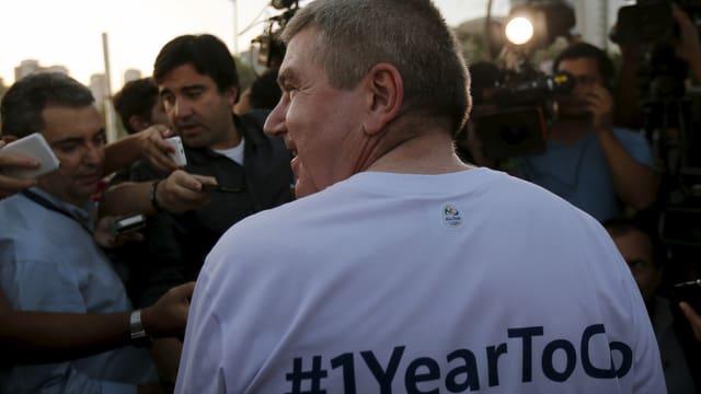 Thomas Bach trägt ein T-Shirt mit der Aufschrift «#1YearToGo» auf dem Rücken.