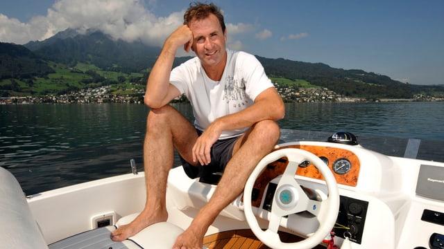 René Rindlisbacher posiert auf einem Boot in in kurzen Hosen und T-Shirt.
