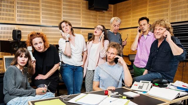 Mitwirkende einer Hörspielproduktion im Studio.