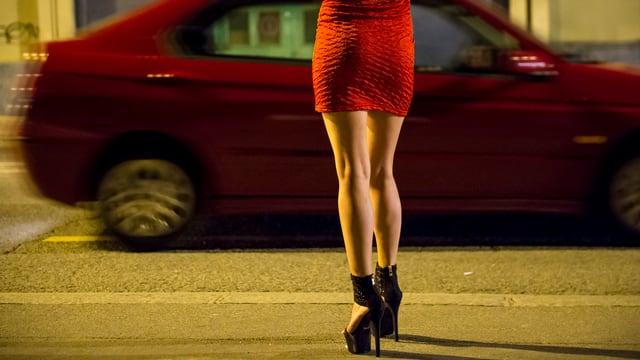 Prostituierte vor Auto