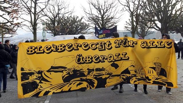 Grosses Transparent an der Demonstration «Bleiberecht für alle» in Luzern.