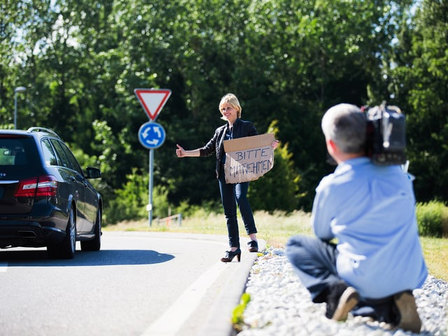 Sabine Dahinden macht Autostopp und wird dabei gefilmt.