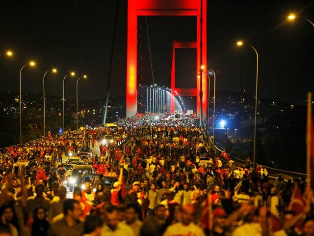 Nach dem gescheiterten Putsch versammelten sich Erdogan-Anhänger auf der Bosporus-Brücke.