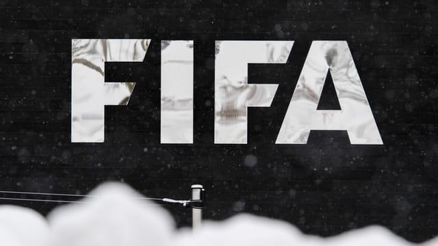 Aufschrift Fifa an einem Gebäude