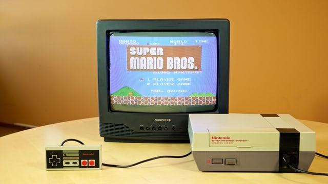 Ein Röhren-TV und die Original-NES.