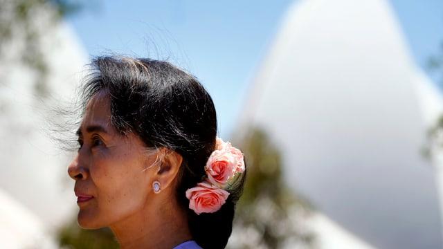 Suu Kyi mit Blumen im Haar vor dem Sidney Opera House