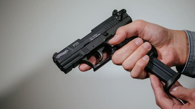 Ina pistola en il maun d'in um.
