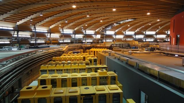Grosser Holzhalle, darin elektrische Geräte.