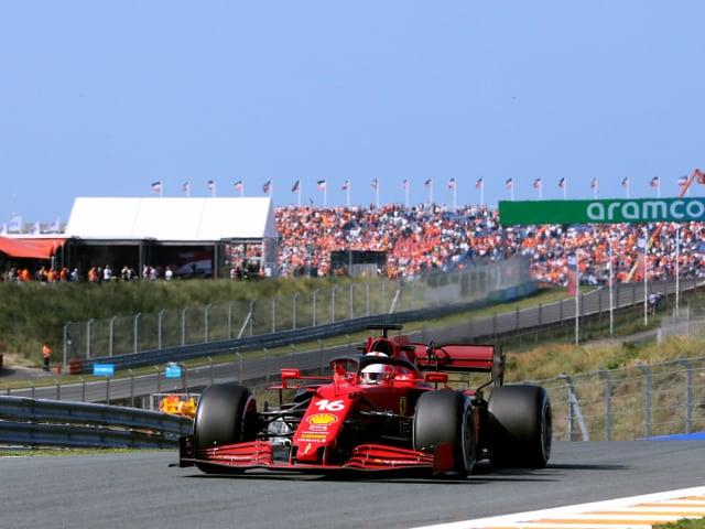 Charles Leclerc im Ferrari auf der Strecke von Zandvoort.