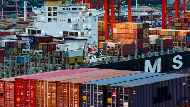 Containers da bartga davant ina bartga chargiada.