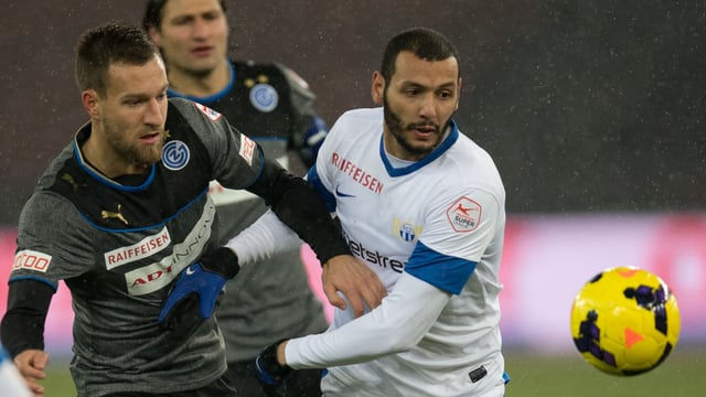 GC's Daniel Pavlovic kämpft mit FCZ's Yassine Chikhaoui um den Ball.