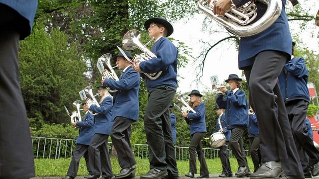 La societad da musica da Lumbrein durant marschar