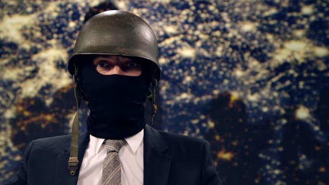 Ein Mann mit Helm.