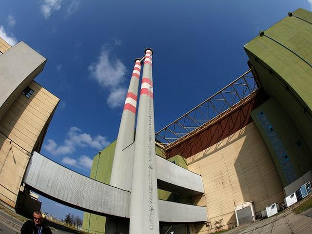 Ein Reaktorblock des Atomkraftwerks mit zwei hohen dünnen Türmen, von unten fotografiert.