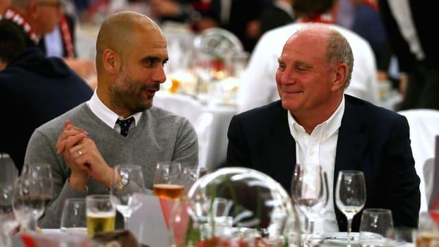 Hoeness mit Guardiola in einem Restaurant