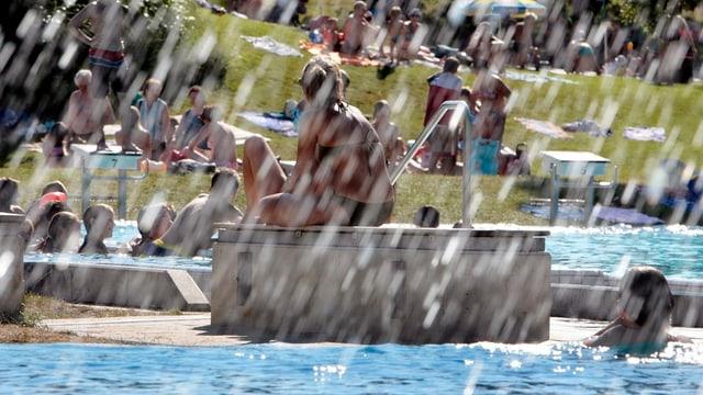 Badeanstalt in der Schweiz, planschende Kinder und fläzende Erwachsene.