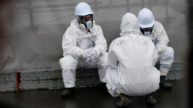Lavurers en vestgids protectivs a Fukushima.
