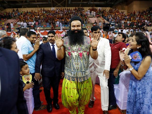Guru Ram Rahim umringt von seinen Anhängern
