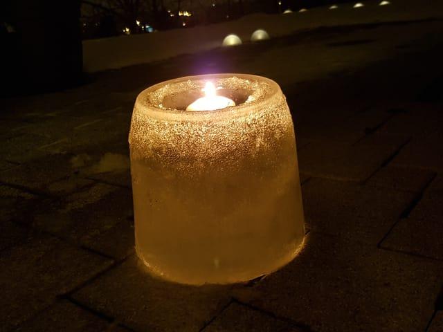 Eislicht mit einer weissen Kerze.