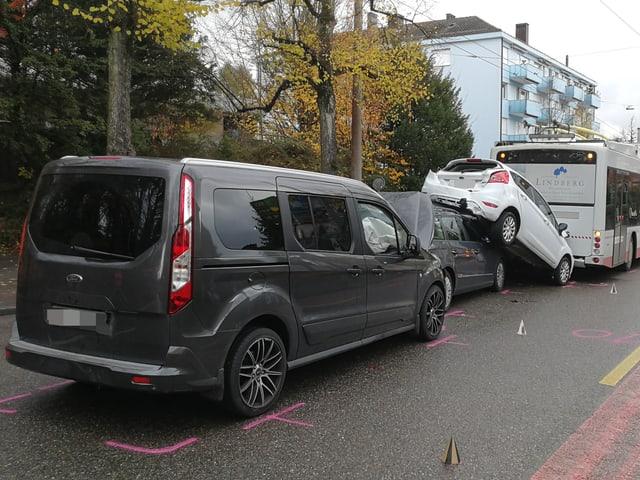 Auffahrkollisionkolonne mit vier Fahrzeugen.