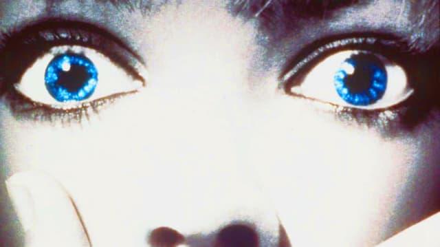 Frau mit schreckgeweiteten Augen