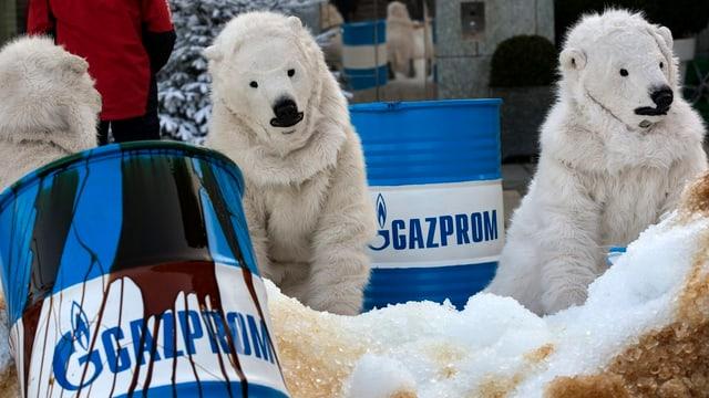 Als Eisbären verkleidete Greenpeace-Mitglieder auf ölverschmiertem Kunstschnee