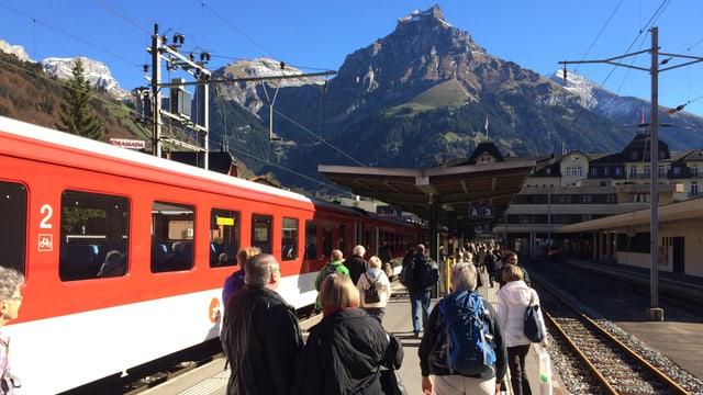 Zug in einem Bahnhof - Fahrgäste steigen aus.