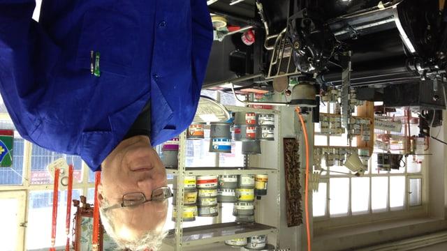 René Lehner vor einer uralten Druckmaschine in seiner handwerklichen Druckerei in Rorschach.