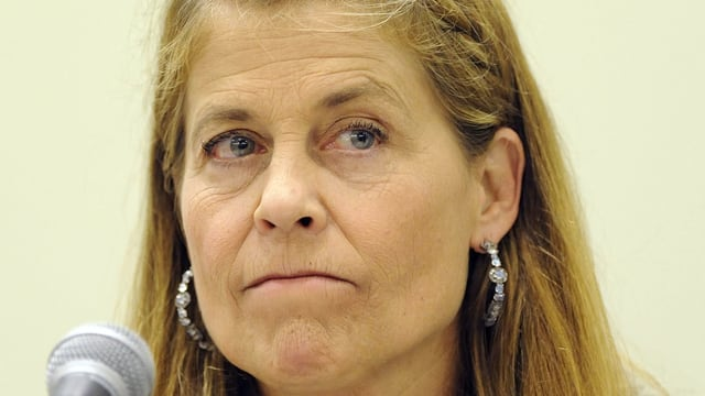 Linda Hamilton presst die Lippen aufeinander.