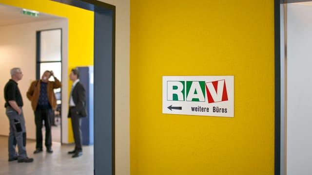 Büro einer Amtsstelle mit der Aufschrift RAV.