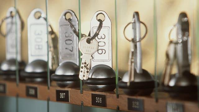 Zimmerschlüssel an einer Hotelreception