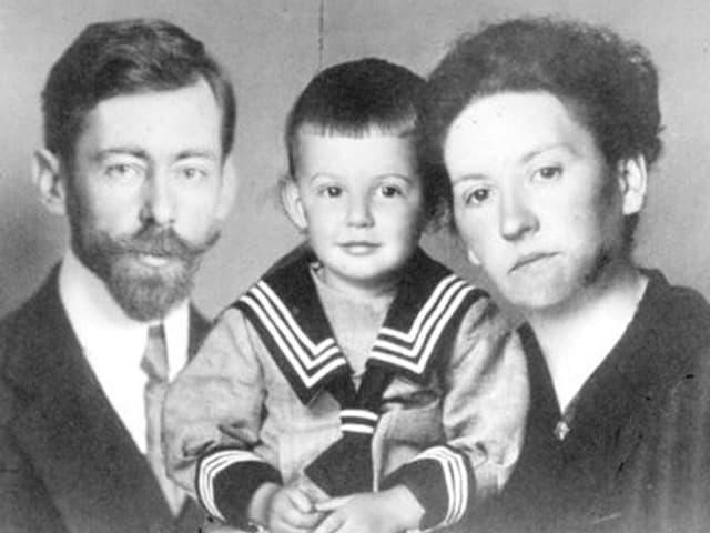 Die junge Famlie auf einem antiken Schwaz-Weiss-Foto. Der Vater trägt einen Bart, der kleine Artur einen Matrosenanzug.