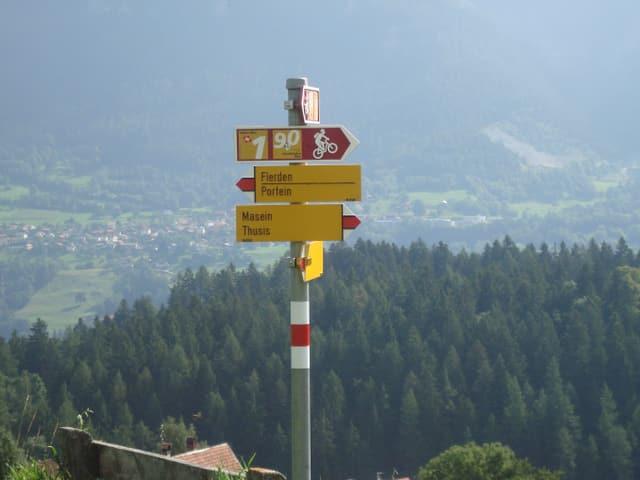 Signalisationtafel für Wanderer und Velofahrer der Bike Route Nummer eins.