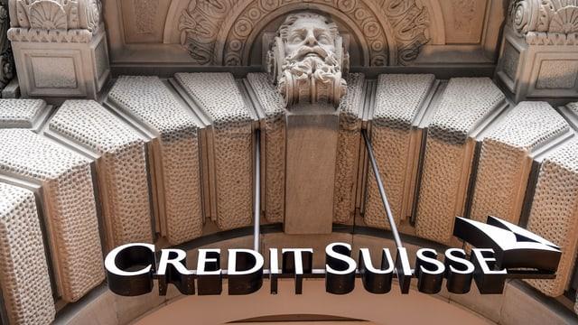 Purtret dal logo da la Credit Suisse che penda sut in portal.