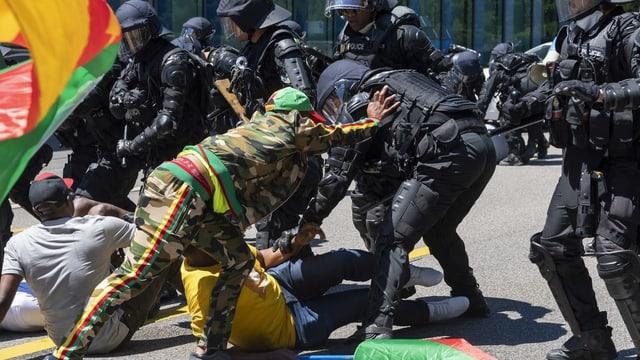 forzas da segirezza cunter demonstrants.