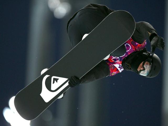 Snowboarder bei einem Sprung in der Nacht