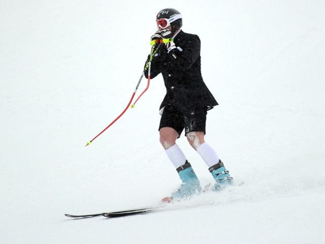 Marco Büchel im Anzug auf Ski.