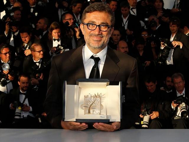 Regisseur Nuri Bilge Ceylan posiert mit der Goldenen Palme in Cannes für die Fotografen.