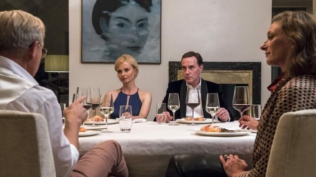Vier Menschen an einem Tisch.