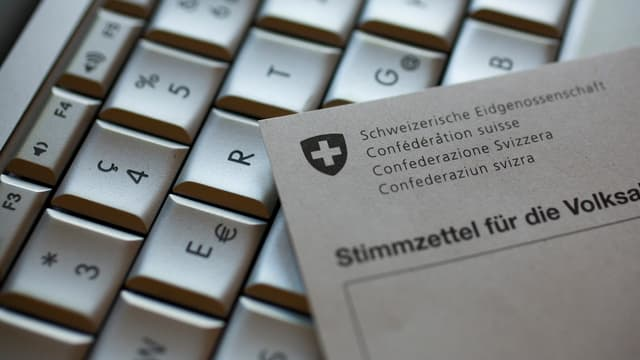 Ein Stimmzettel liegt auf einer Computertastatur