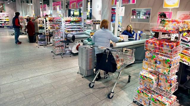 Supermarktkassen mit vereinzelten Kunden