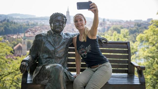 Bronze-Skulptur von Albert Einstein mit junger Frau, die ein Selbstportrait macht.