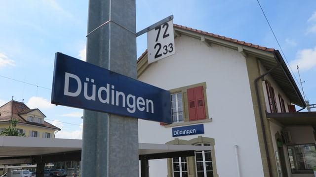 Schild Bahnhof Düdingen