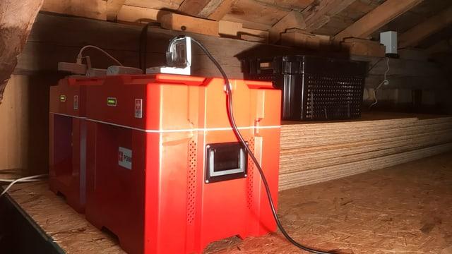 Rote Power-Blox-Würfel im Dachstock einer Holzhütte (Alphütte)