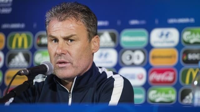 Slowakei-Trainer Pavel Hapal an einer Medienkonferenz.