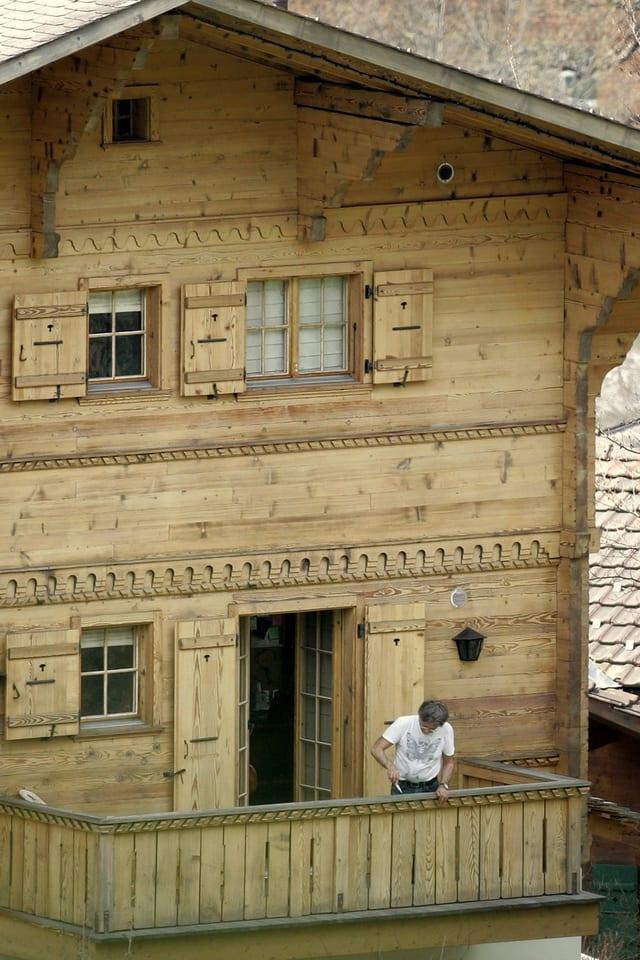 Roman Polanski auf dem Balkon seines Chalets.